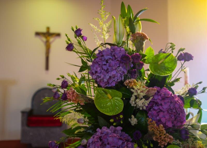 De bloemen van het huwelijk in kerk Sluit omhoog stock fotografie