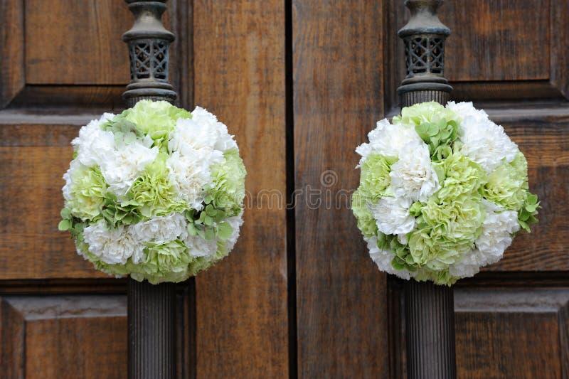 De bloemen van het huwelijk op de kerkdeur royalty-vrije stock afbeeldingen