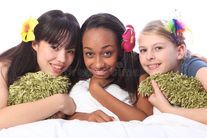 De bloemen van tieners in haar bij sleepoverpartij stock fotografie