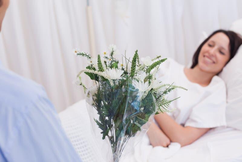 De bloemen worden gebracht aan patiënt royalty-vrije stock afbeeldingen