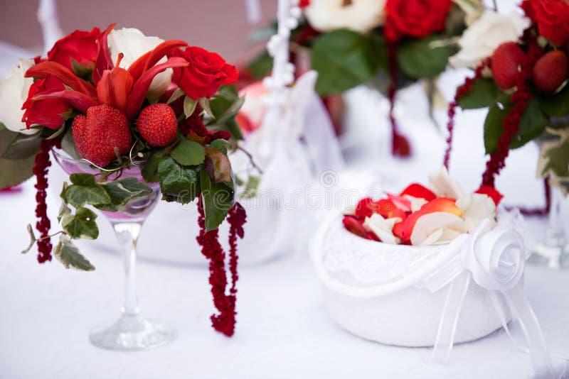 De bloemendecor van de huwelijksceremonie stock foto's