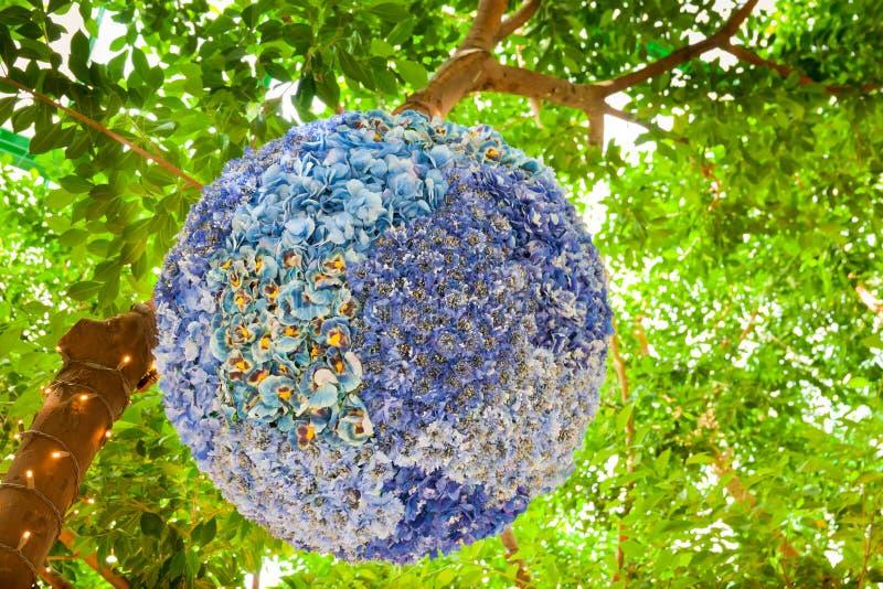 Download De Bloemenontwerp Van De Zijde In Een Tuin. Stock Afbeelding - Afbeelding bestaande uit gebied, regeling: 29511087
