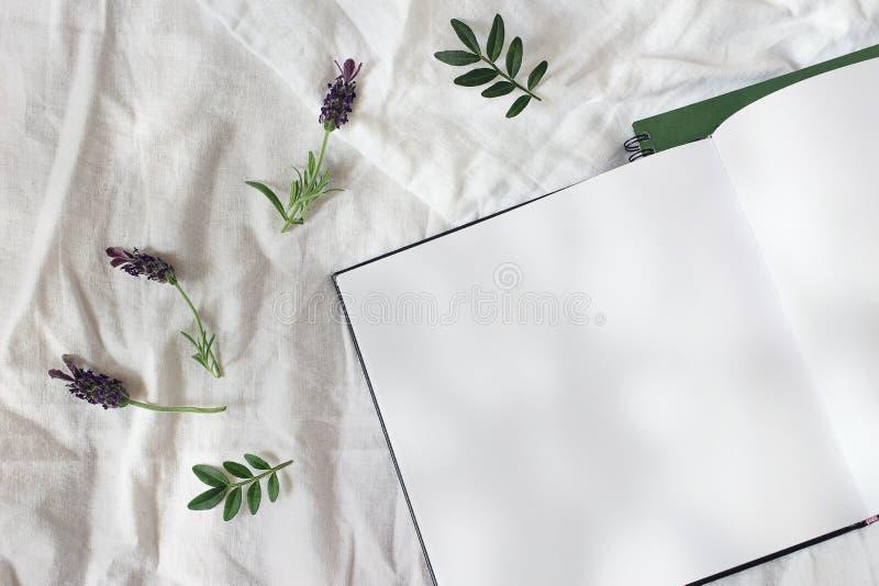 De bloemensamenstelling van de de zomerlevensstijl De open lege agenda, het modelscène van het schetsboek met lavendel bloeit en  royalty-vrije stock foto's