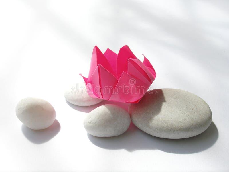 De bloemorigami van Lotus, kiezelstenen stock foto's