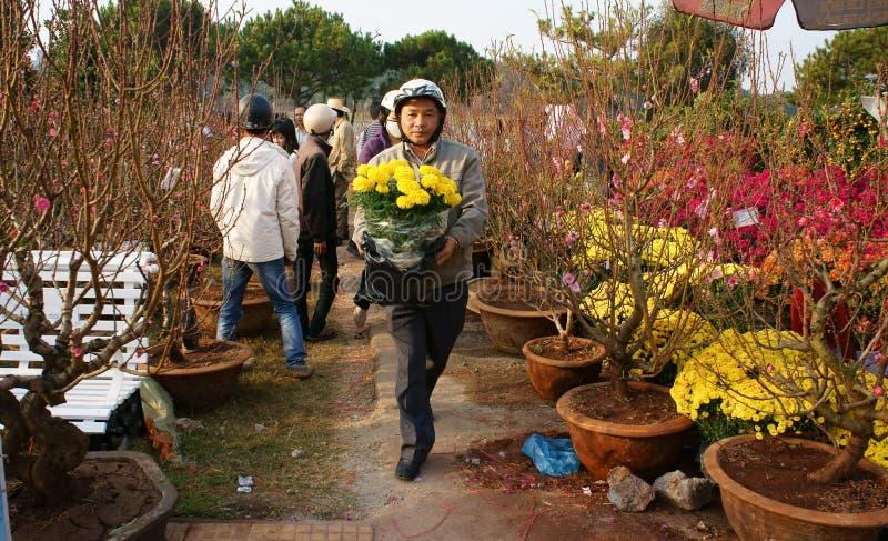 De bloempot van de mensenkeus bij openluchtlandbouwersmarkt stock foto