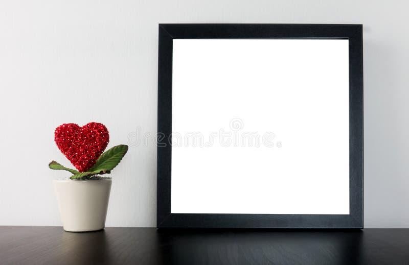 De Bloempot van het valentijnskaartenhart met leeg kader stock foto