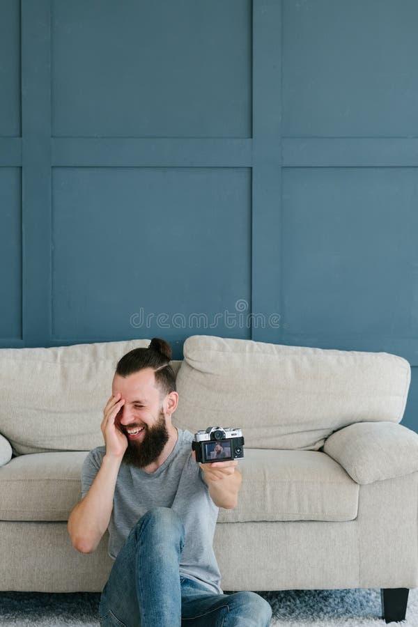 De blog van de inhoudsverwezenlijking het lachen mensenvideocamera stock afbeelding