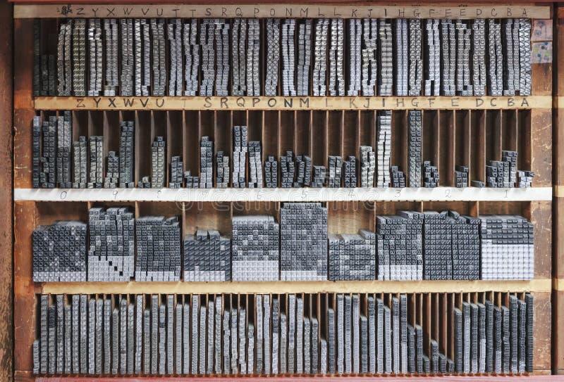 De blokken van de drukpersbrief in een houten plank royalty-vrije stock foto