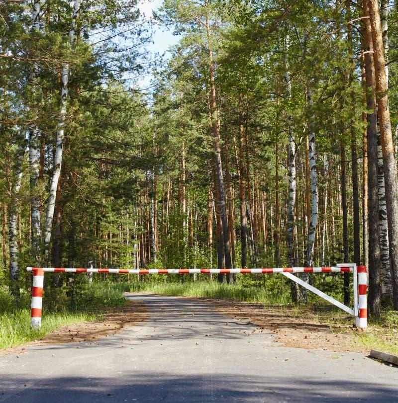De blokkerende weg van de barrière in hout stock foto's