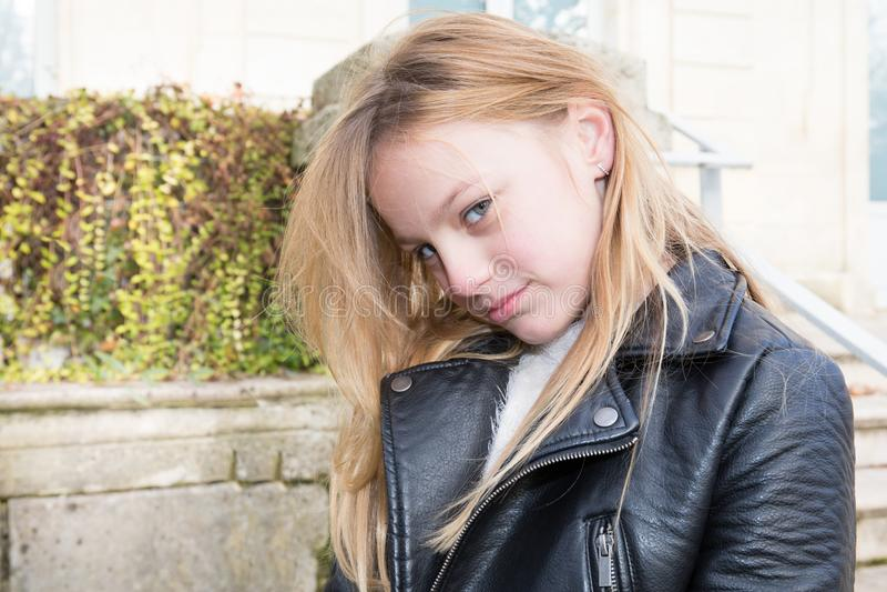 De blonde droevige en ongelukkige dag van tienermeisjes royalty-vrije stock fotografie