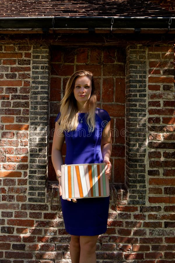 De blonde straal van de vrouwenzon, Groot Begijnhof, Leuven, België royalty-vrije stock foto