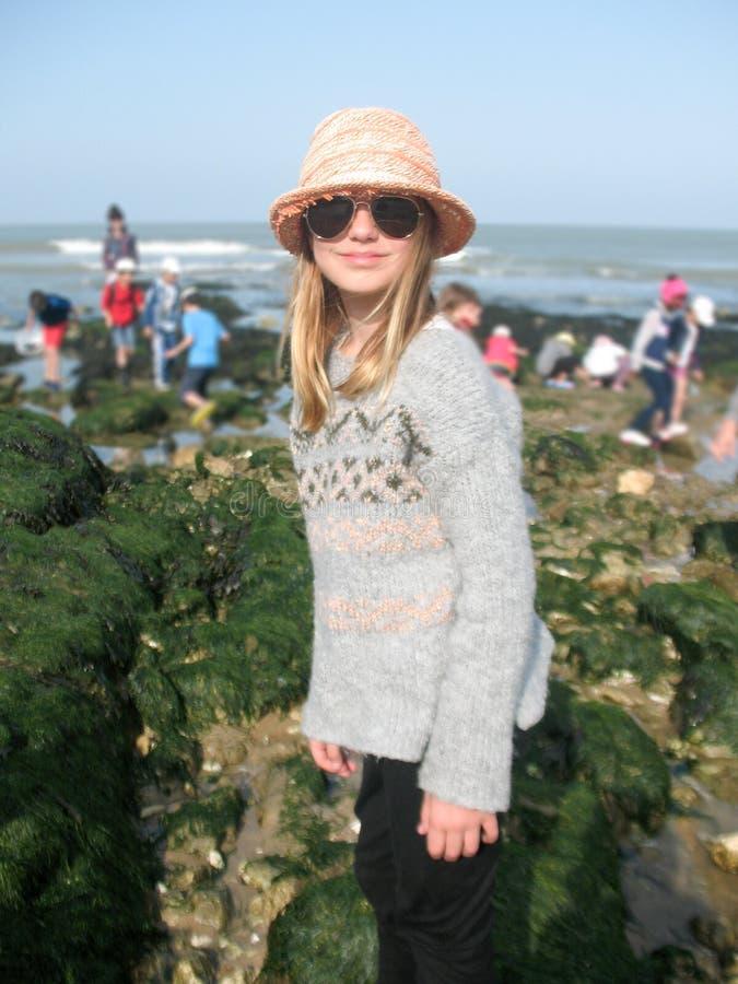 De blonde vakantie van het kindmeisje in strand met schoolgroep stock fotografie