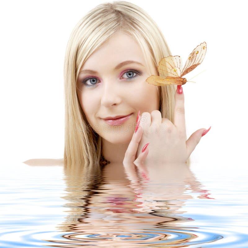 De blonde van de vlinder in water stock foto
