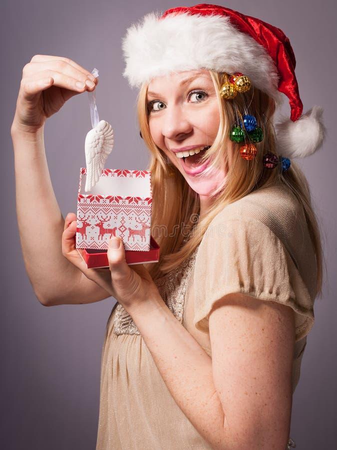 Is de blonde volwassen vrouw zeer gelukkig over haar Kerstmisgift stock afbeeldingen