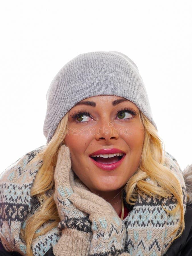 De blonde vrouw kleedde zich voor de winter stock afbeeldingen