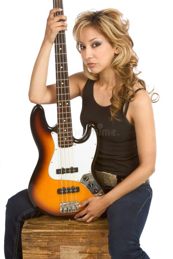 De blonde zitting van de de vrouwengitarist van Latina op doos royalty-vrije stock afbeeldingen