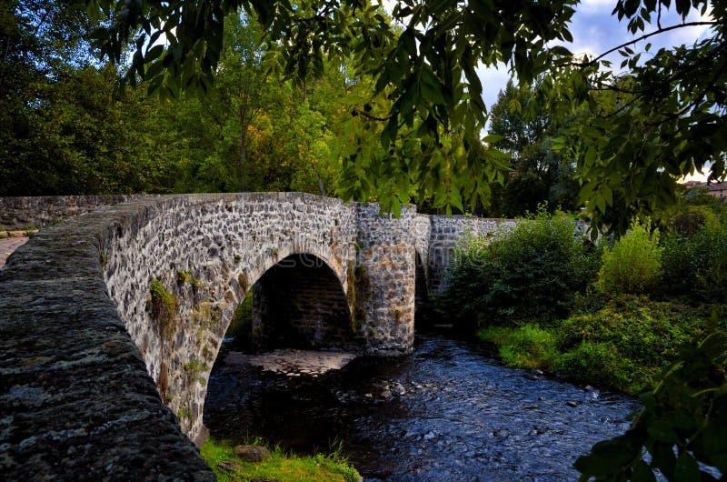 De bochtige brug van Ponttordu in Le Puy Engelse Velay, Frankrijk stock fotografie