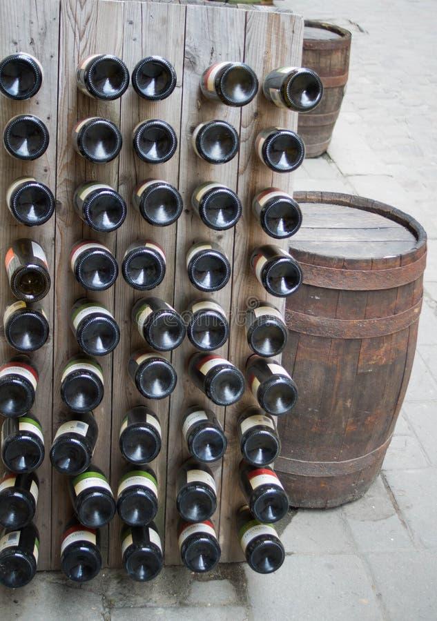 De bodem van wijnflessen in kelder royalty-vrije stock afbeelding
