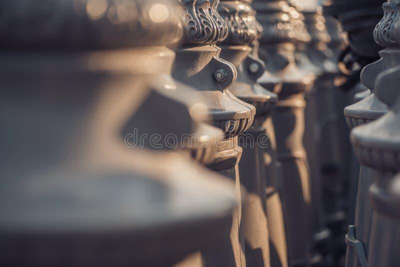 De bodemsecties Victoriaanse Uitstekende posten van de straatlantaarnlamp schikten in lijn, abstract extreem close-updetail royalty-vrije stock foto's
