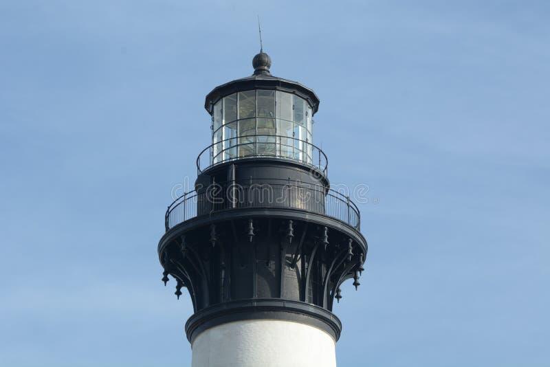 De Bodie Island Lighthouse-lamp wordt gebruikt om twee verzorgers te nemen die nightly draaien nemen die olie toevoegen om de lam royalty-vrije stock afbeelding