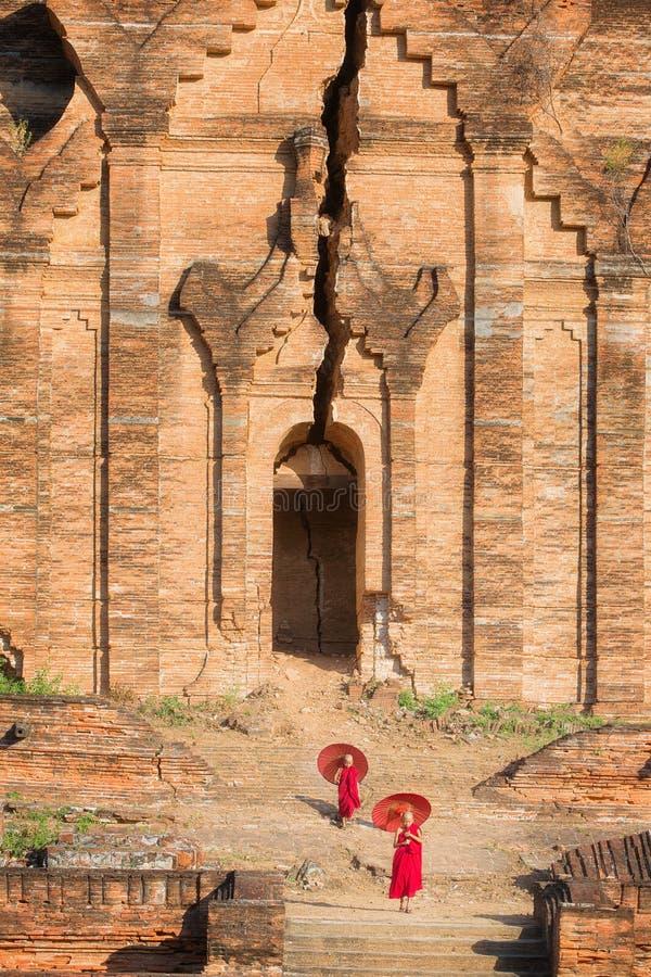 De boeddhistische beginner loopt in tempel royalty-vrije stock foto