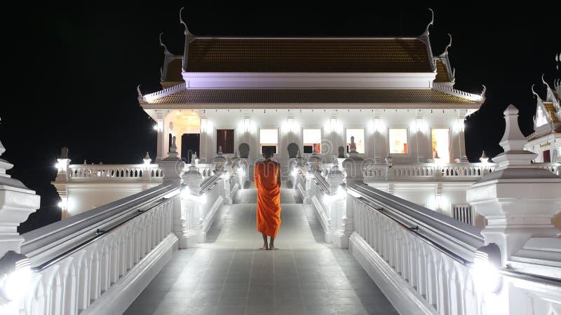 De boeddhistische monnik Vipassana die zich buiten boeddhistische kerk bevinden royalty-vrije stock afbeeldingen