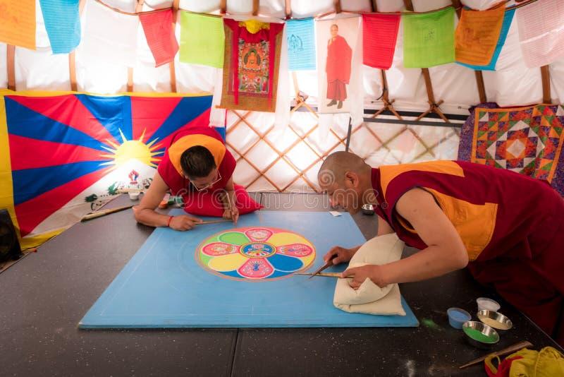 De boeddhistische monniken die zandmandala, dit maken is een Tibetaanse traditie stock foto