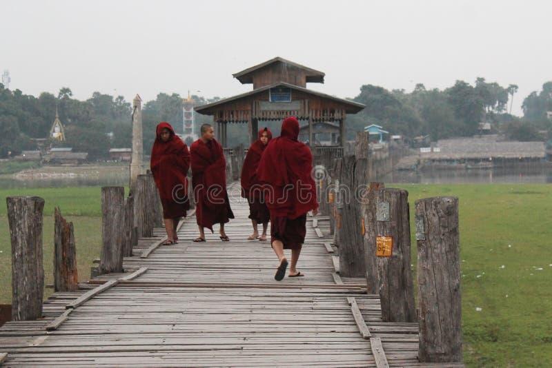 De boeddhistische monniken op u-Bein overbruggen stock afbeelding