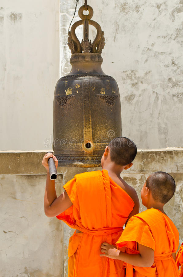 De boeddhistische monniken raken de klok aan gebed. royalty-vrije stock afbeelding