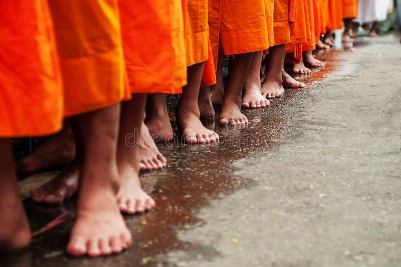 De boeddhistische Monniken stellen in Rij op die op Boeddhismemensen wachten royalty-vrije stock afbeeldingen
