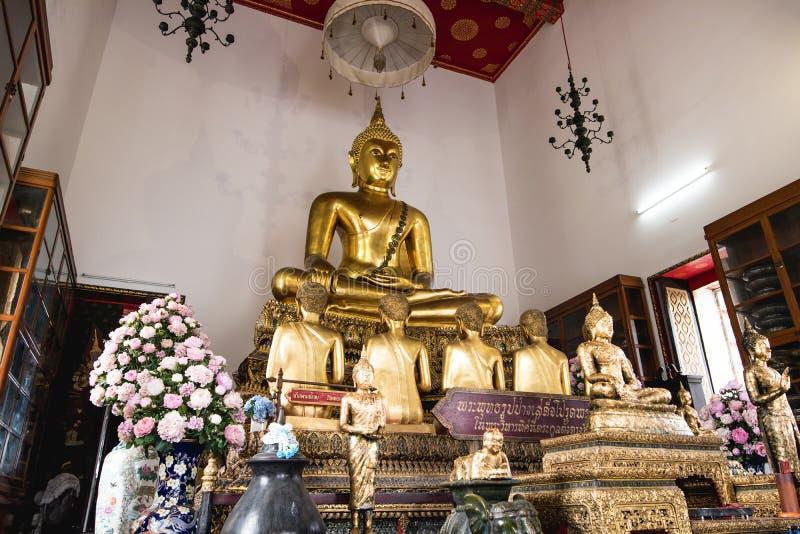 De Boeddhistische standbeelden van Bangkok in tempels stock afbeelding