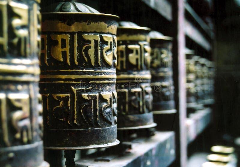 De boeddhistische Wielen van het Gebed in een Rij stock afbeelding