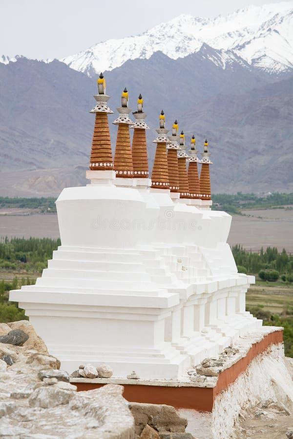 De boeddhistische witte stupa en bergen van Himalayagebergte op de achtergrond dichtbij Shey-Paleis in Ladakh, India stock afbeeldingen
