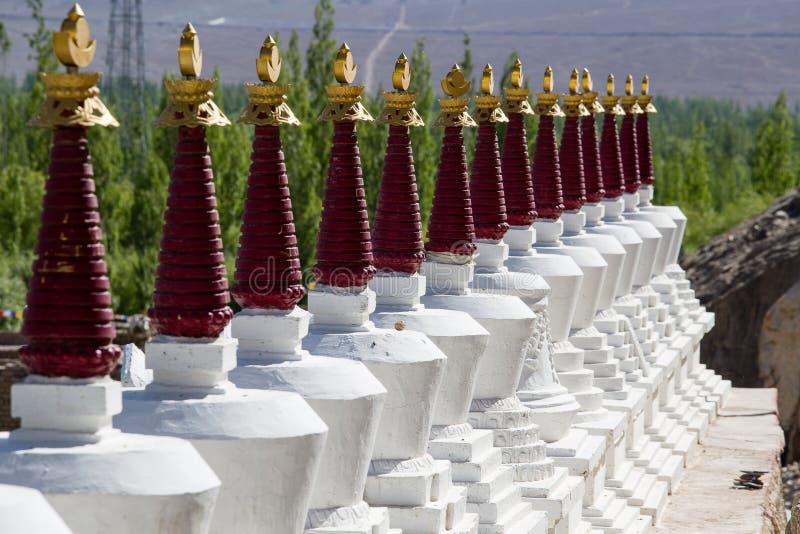 De boeddhistische witte stupa en bergen van Himalayagebergte op de achtergrond dichtbij Shey-Paleis in Ladakh, India royalty-vrije stock afbeeldingen