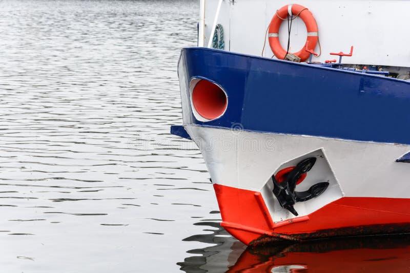 De boeg van het schipverkeer op de oppervlakte van de rivier stock afbeelding