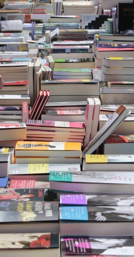 De boeken bij Boekhandelaar bevinden zich verticaal stock afbeeldingen