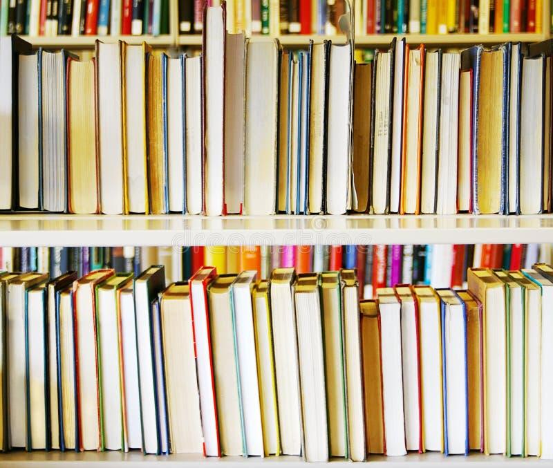 De boeken van de bibliotheek royalty-vrije stock afbeelding