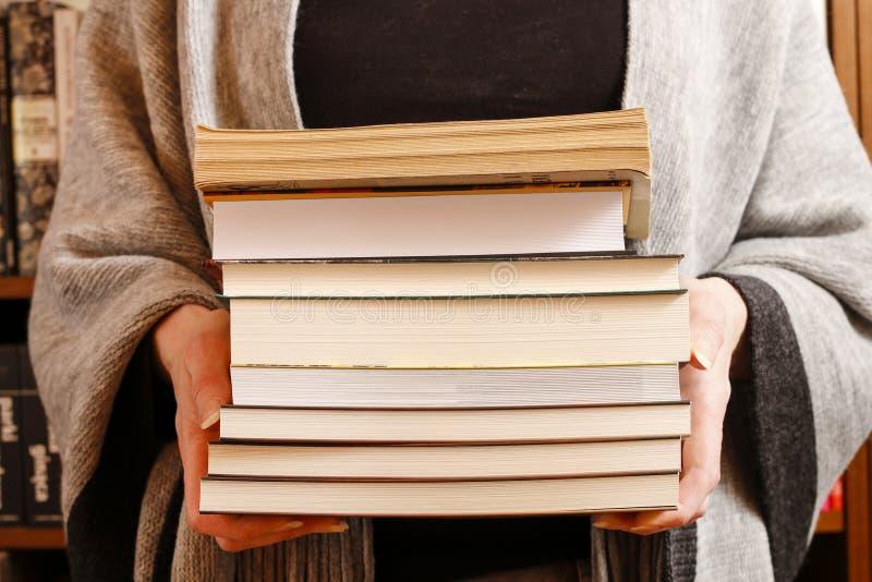 De boeken van de vrouwenholding royalty-vrije stock foto's