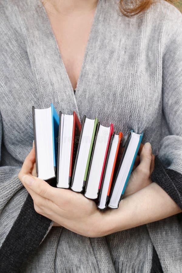 De boeken van de vrouwenholding royalty-vrije stock afbeeldingen