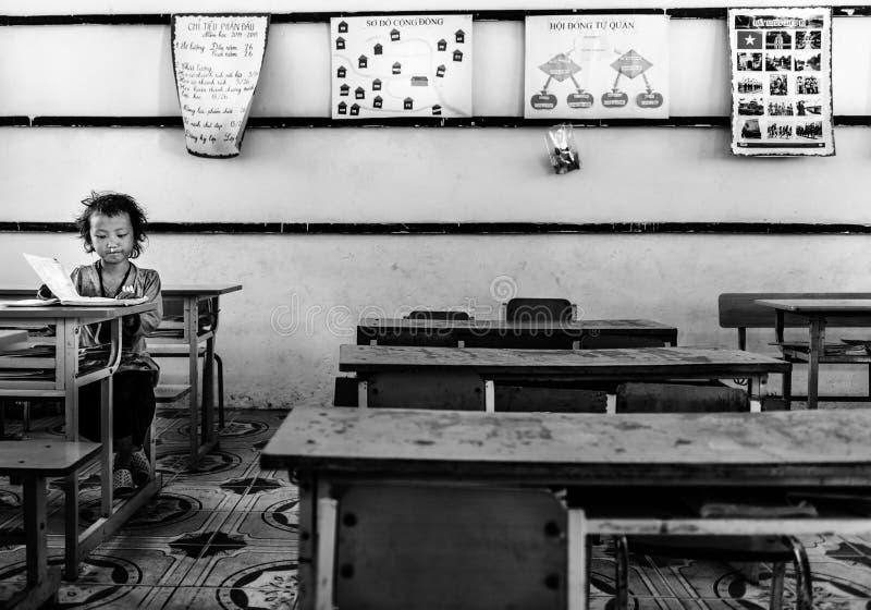 De boeken van de meisjeslezing binnen klaslokaal in een klein dorp, Sapa, Vietnam stock afbeeldingen