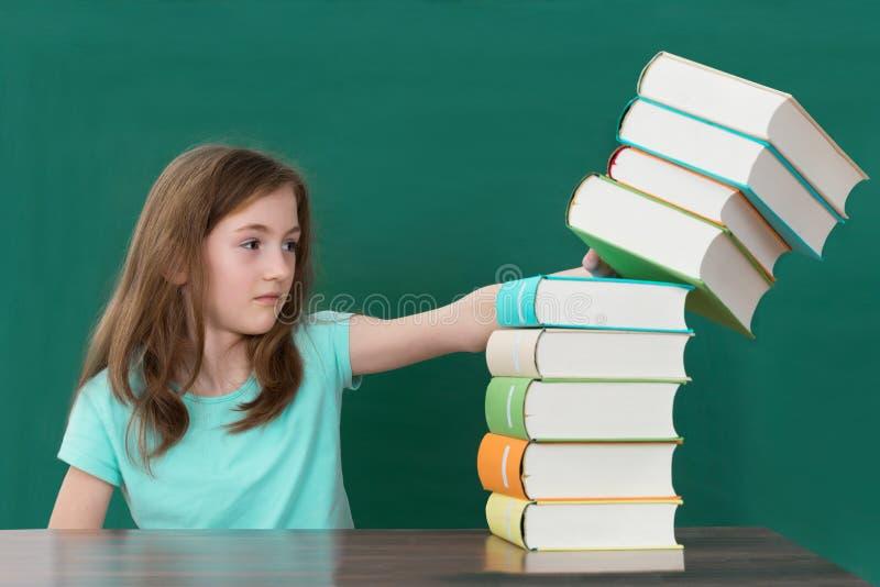 De Boeken van studentenpushing stack of stock afbeelding