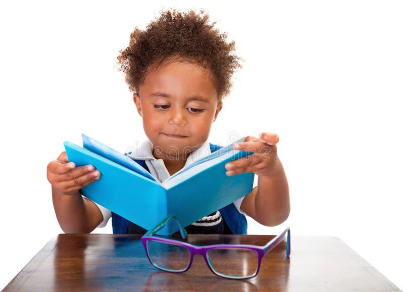 De boeken van weinig jongenslezing royalty-vrije stock afbeelding