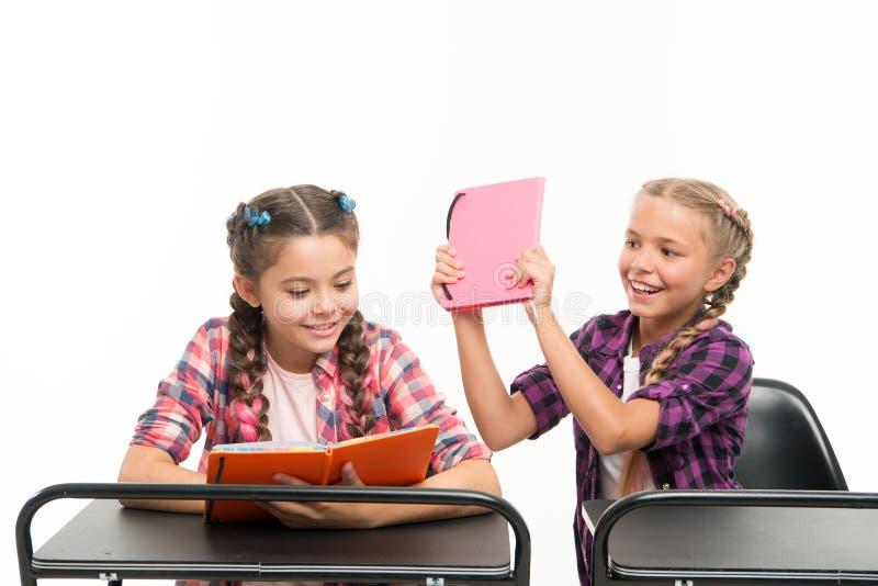 De boeken zijn niet voor het raken Ongehoorzaam meisje die haar klasgenoot voor vechten op boeken bederven geïsoleerd op wit spee royalty-vrije stock afbeeldingen