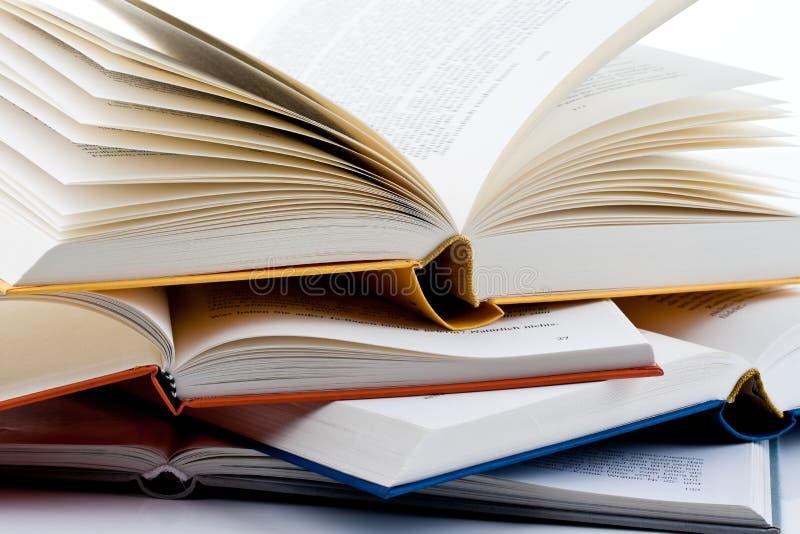 De boeken zijn opstelling op een wit stock foto's
