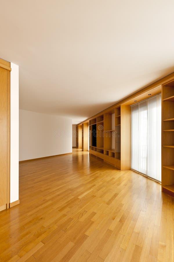 De boekenkast van de muur in lege ruimte stock fotografie