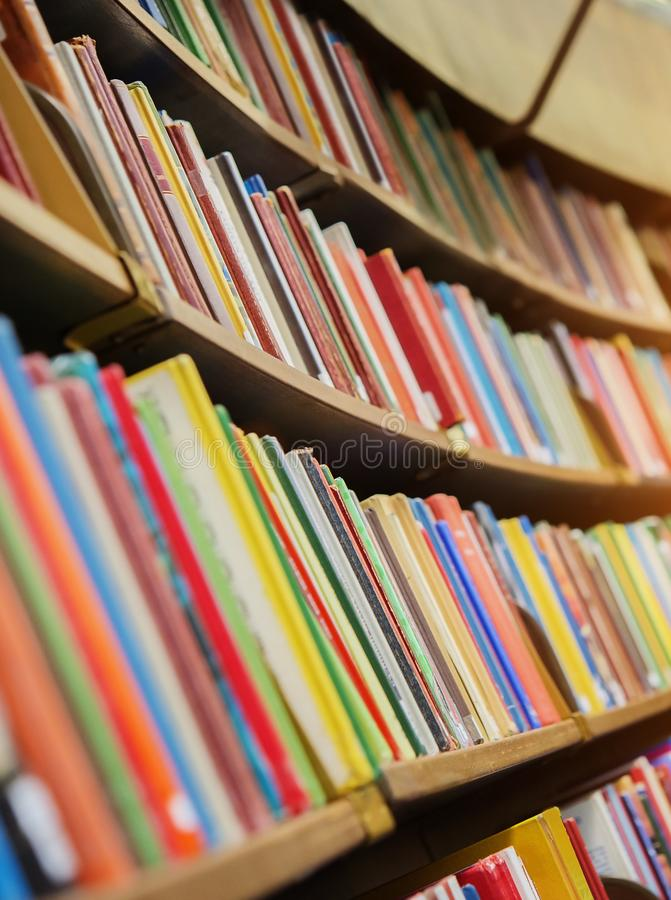 De boekenplank, sluit omhoog royalty-vrije stock afbeeldingen