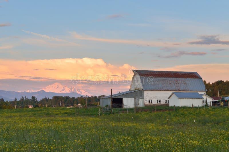 De boerderij en zet Baker bij zonsondergang op stock fotografie