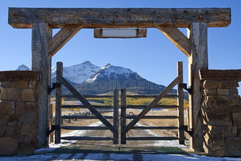 De boerderij van Colorado met houten poort royalty-vrije stock afbeeldingen