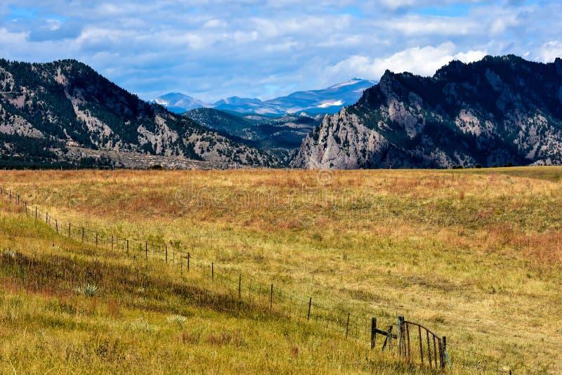 De Boerderij van Colorado tegen de Uitlopers van de Rotsachtige Bergen royalty-vrije stock afbeeldingen