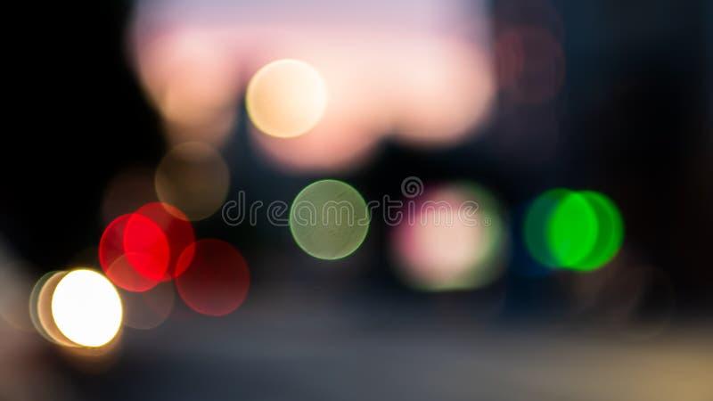 De Bokehlichten op weg in de stad, nachtlichten in stad, straatlantaarns bokeh achtergrond, onduidelijk beeld van nacht steekt aa stock illustratie